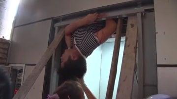 El agónico momento en que un hombre queda atrapado en el hueco del ascensor