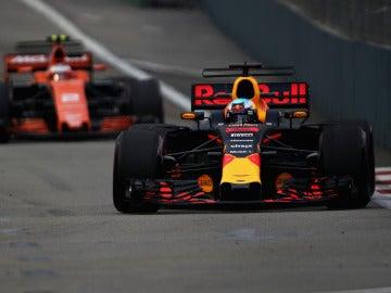 Ricciardo, sobre el trazado de Singapur con Vandoorne por detrás
