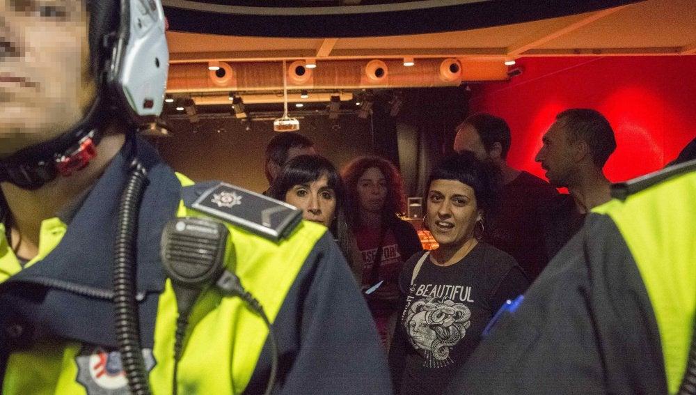 Agentes de la Policía Local de Vitoria identifican a la portavoz de la CUP en el Parlament de Cataluña