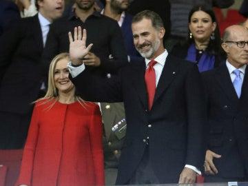 Felipe VI saluda en el Wanda Metropolitano