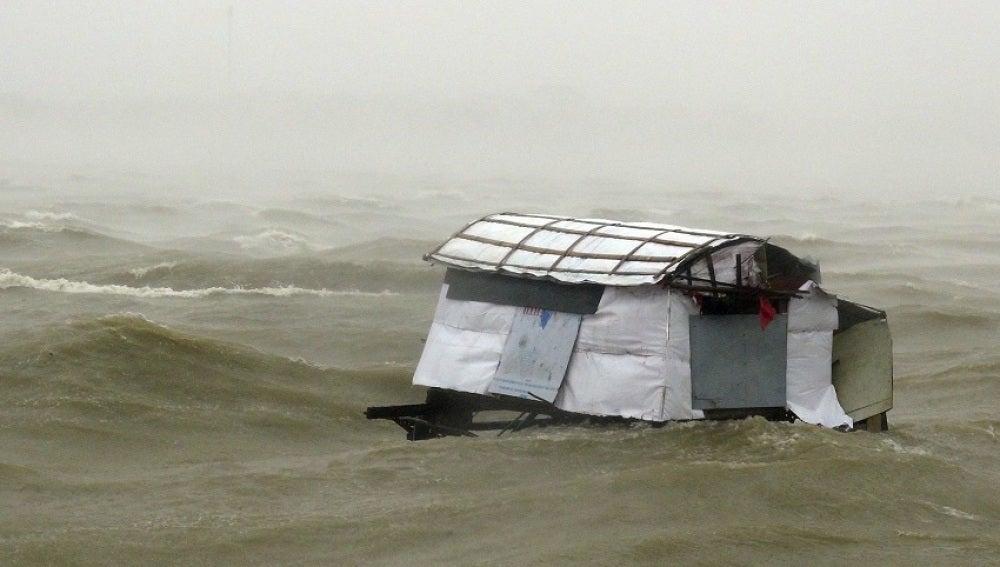 El agua inunda las calles en la provicia de Quang Binh (Vietnam) al paso del tifón Doksuri