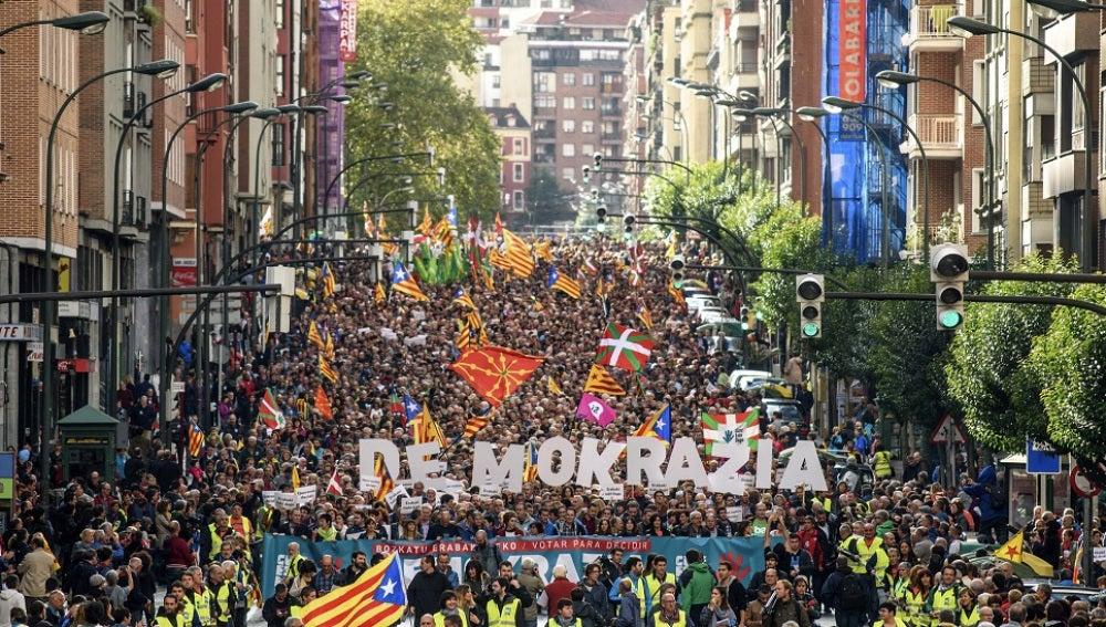 Manifestación convocada por la organización soberanista Gure Esku Dago en apoyo al referéndum catalán