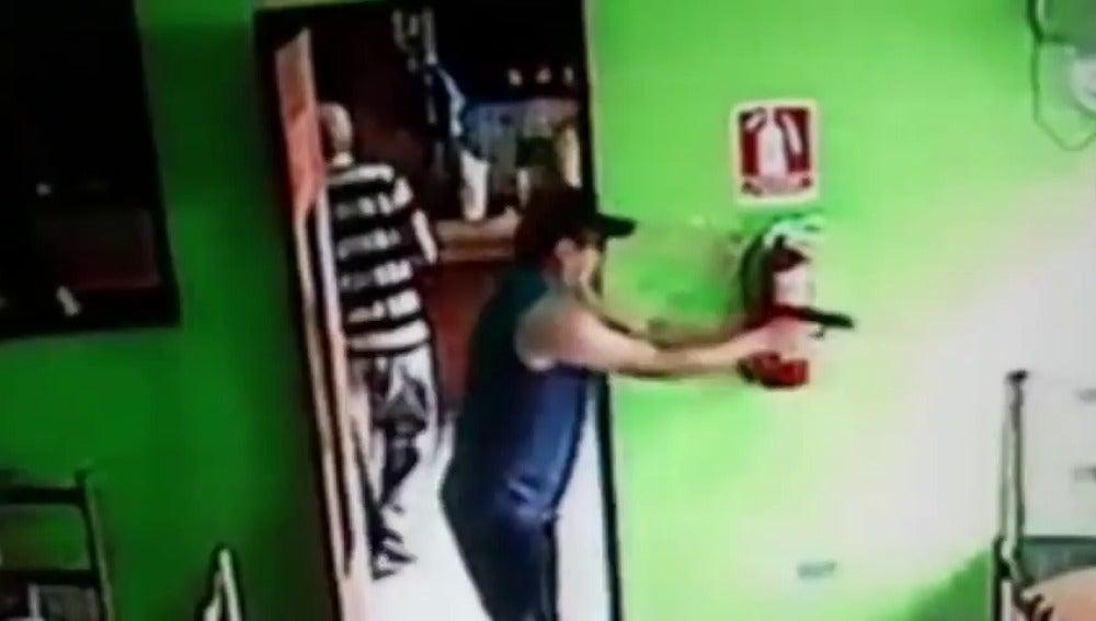 El estremecedor momento en el que un hombre aparta a una niña antes de tirotear a un líder de una banda criminal
