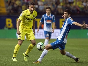 Mario y Aaron Martín disputan el balón durante el Villarreal - Espanyol