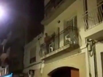 Cantando un fandango, así responde un Guardia Civil a los independentistas en Barcelona