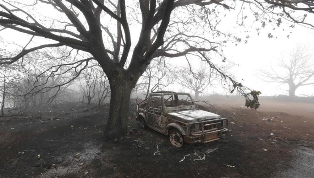 Un coche calcinado por el incendio