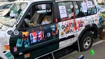 Un vehículo de la Guardia Civil tras los disturbios