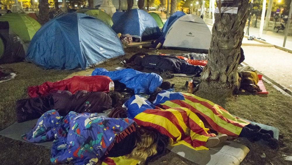Varias personas duermen frente a la sede del Tribunal Superior de Justicia de Cataluña