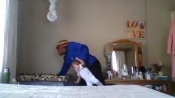 Un momento del vídeo que capta a una niñera maltratando a un bebé