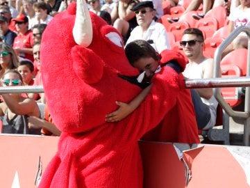 Un niño se abraza a la mascota del Mallorca