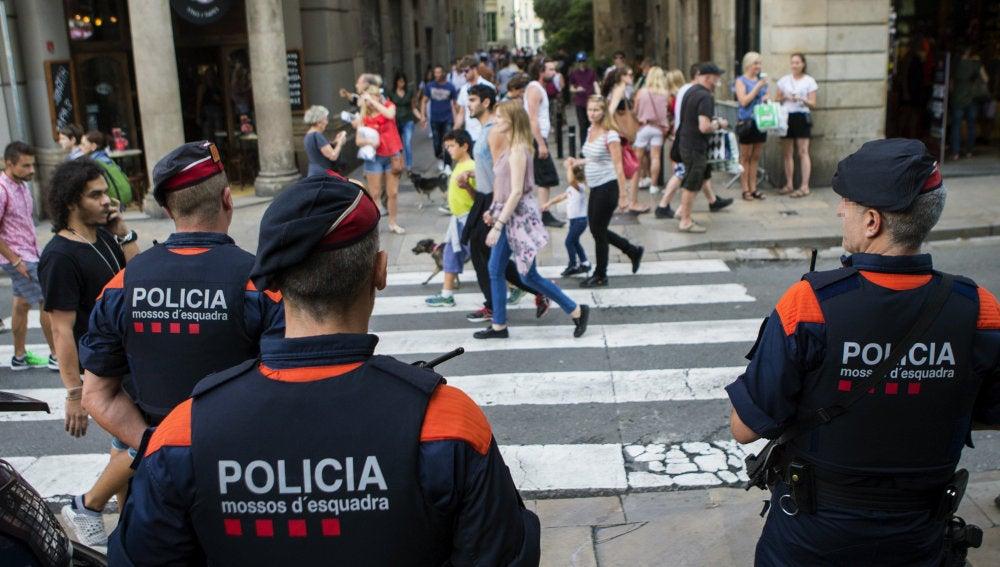 Efectivos del cuerpo de Mossos d'Esquadra patrullan por Barcelona