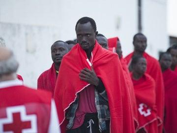 Varios de los 28 inmigrantes a su llegada al puerto granadino de Motril, tras ser rescatados por Salvamento Marítimo