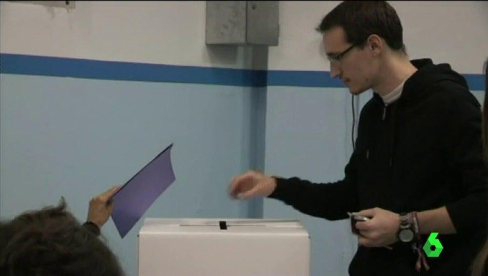 Un ciudadano deposita un voto en una urna