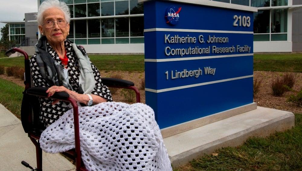 Katherine Johnson, junto a la placa del edificio que lleva su nombre