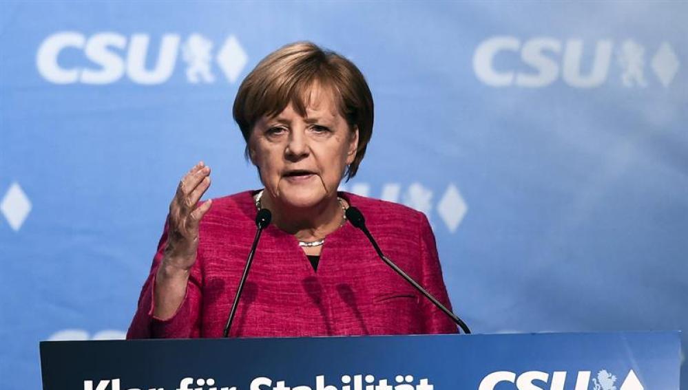 La canciller alemana, Angela Merkel da un discurso durante el último acto de campaña