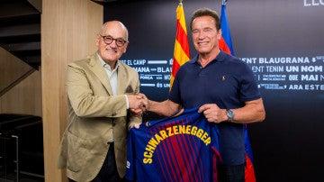 Schwarzenegger posa con la camiseta del Barcelona