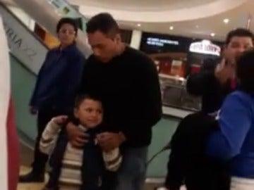 Una mujer agrede a su hijo de cuatro años con un cinturón en la cara en un centro comercial