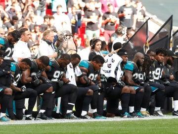 Jugadores de los Jaguars hincan la rodilla en el suelo a modo de protesta contra Donald Trump