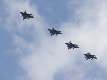 En la imagen, cuatro cazas F-22 Raptor