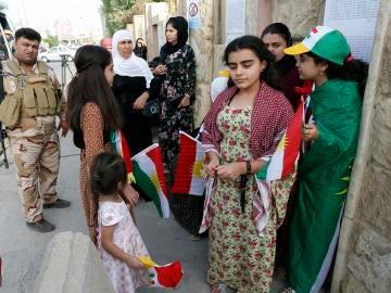 Un grupo de kurdos espera para votar en el referéndum de independencia