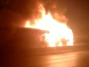 Un incendio en un autobús en la A-6 provoca grandes atascos