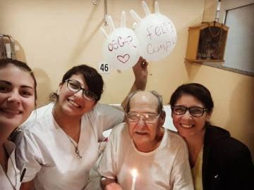 Las enfermeras celebran en el hospital el 84 cumpleaños de Oscar