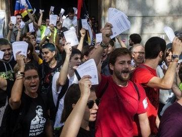Estudiantes salen de la Universidad de Barcelona con papeletas del referéndum