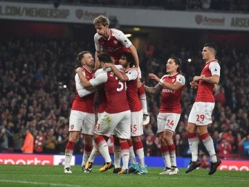 El Arsenal celebra en grupo un gol