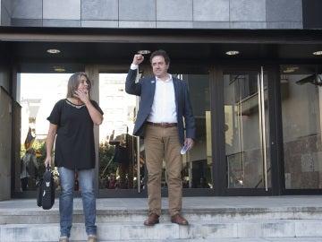 El alcalde de Oliana (Lleida), Miquel Sala, junto a su abogada, tras declarar en los juzgados de la Seu d'Urgell (Lleida)