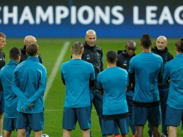 Zidane habla con sus jugadores en el Signal Iduna Park