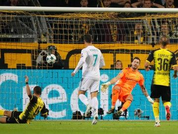 Cristiano bate a Bürki tras un pase de Bale