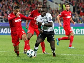 Sadio Mané pugna por un balón