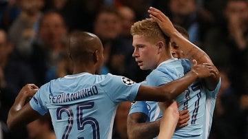 De Bruyne celebra con sus compañeros su gol contra el Shakhtar
