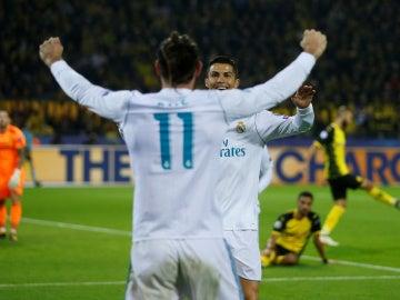 Cristiano Ronaldo celebra con Bale uno de sus goles contra el Dortmund