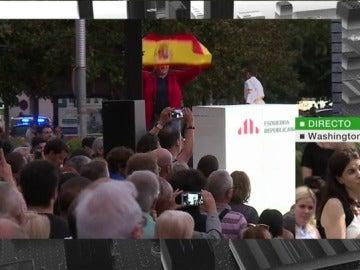 Un hombre saca una bandera de España durante el mitin de Oriol Junqueras y recibe numerosos abucheos