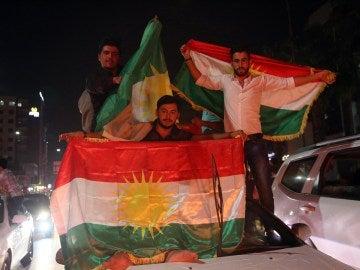 Kurdos celebran en las calles después del referéndum de independencia de Kurdistán en Erbil norte de Irak