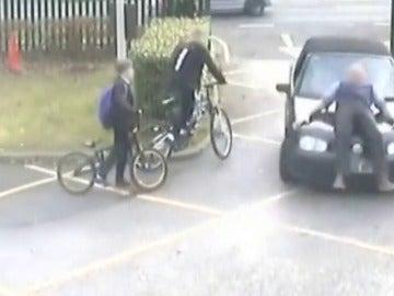 Impactantes imágenes del atropello a un profesor en una escuela en Surrey, Reino Unido
