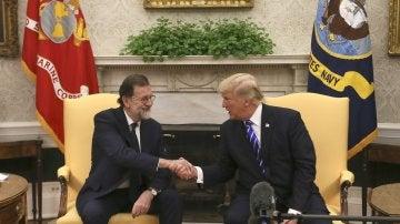 Donald Trump estrecha la mano al presidente del Gobierno, Mariano Rajoy
