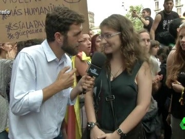 Gonzo con una ciudadana catalana