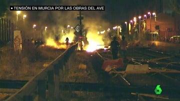 Contenedores quemados, pantallas acústicas derribadas y vigas atravesadas: aumenta la tensión en Murcia por las obras del AVE