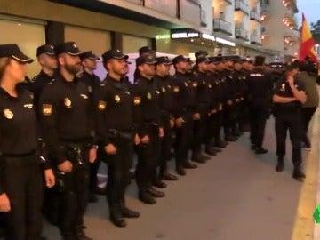 Los policías en el hotel de Pineda de Mar reciben el apoyo de decenas de personas