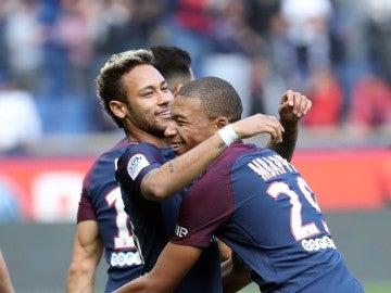 Mbappé abraza a Neymar durante un partido del PSG