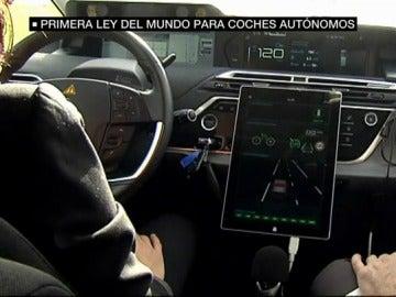 Aprueban la primera ley del mundo para coches autónomos: tiene que haber siempre un piloto y se necesita un carnet especial