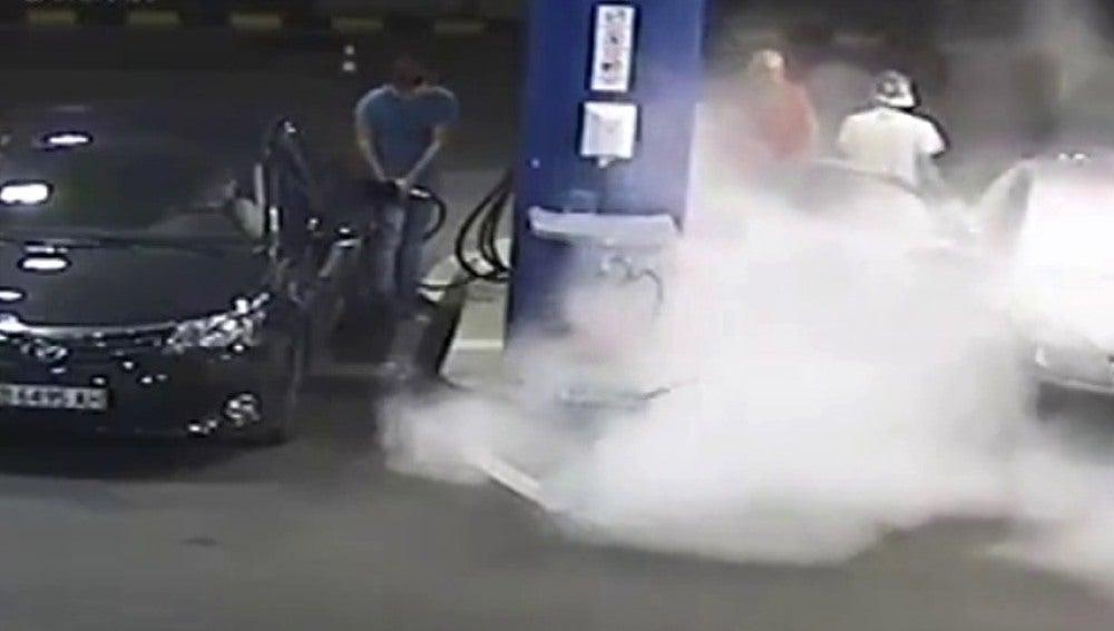 Recibe una lección ejemplar por fumar en la gasolinera