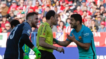 Mateu Lahoz, durante un Atlético de Madrid - Barcelona