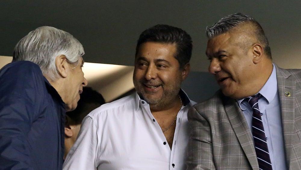 Claudio Tapia, a la derecha de la imagen, durante el Argentina - Perú