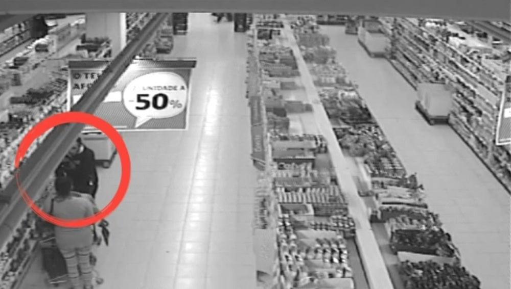Personas cazadas robando en un supermercado