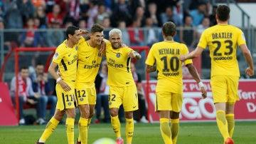 Meunier es abrazado por Di María y Dani Alves en la victoria del PSG
