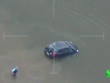 La Policía rescata a una mujer antes de hundir su coche en el agua