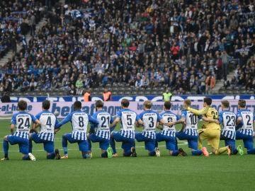 Los jugadores del Hertha se arrodillaron sobre el campo antes del inicio del partido a modo de señal contra el racismo.